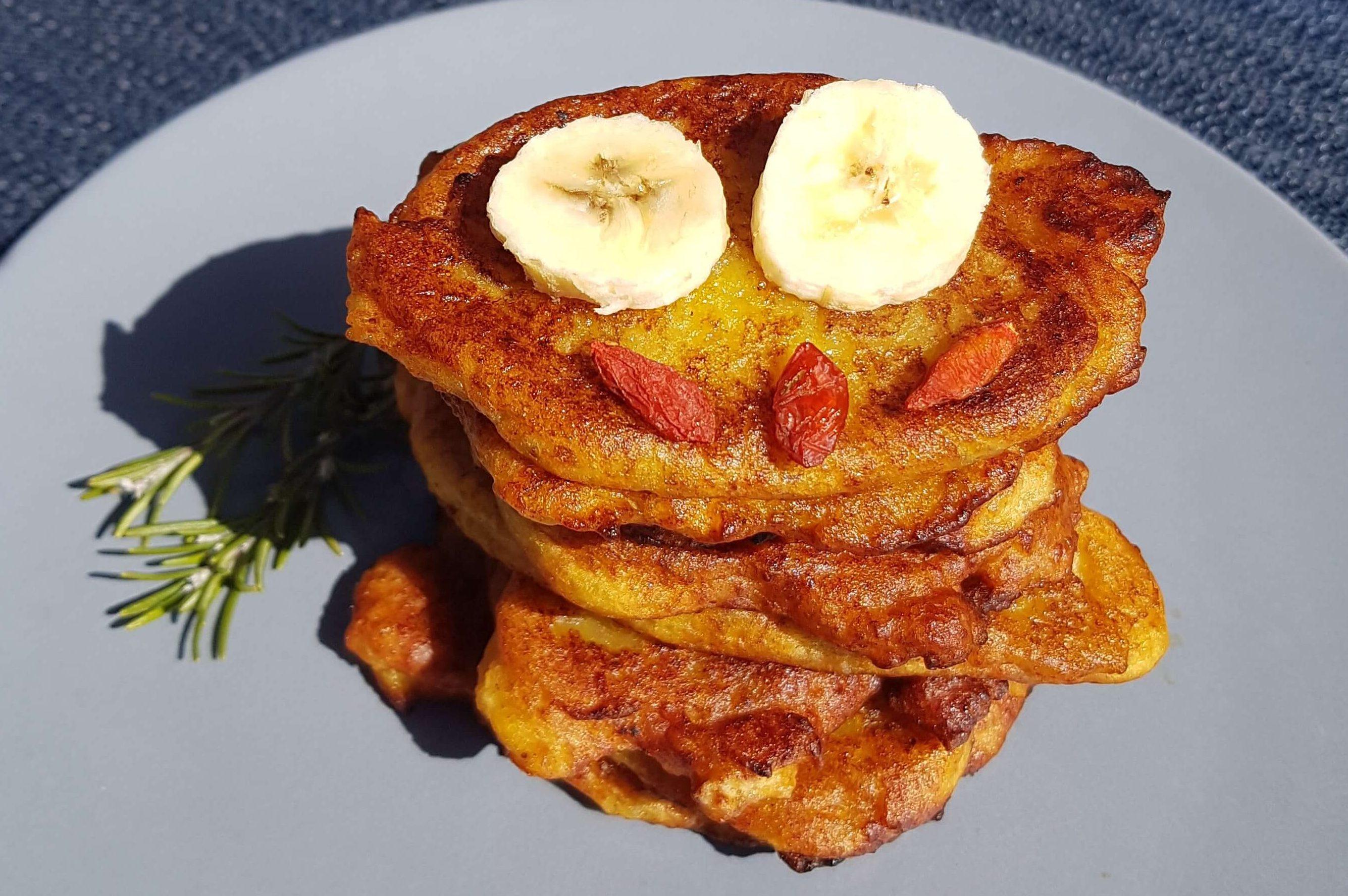 Turm aus Kochbananen-Pancakes.