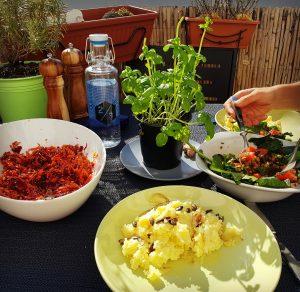 Salate auf dem Balkon