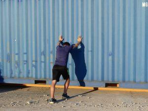 Jogger lehnt sich an Bauwagen
